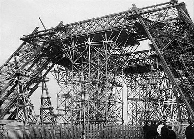 TOUR EIFFEL CONSTRUCTION