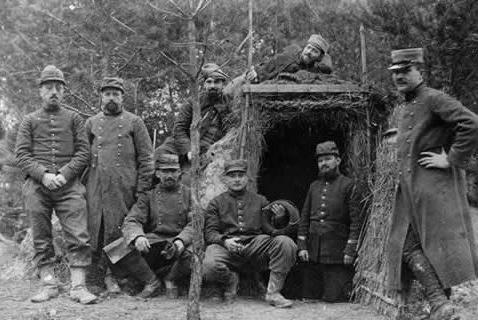 Groupe de Poilus à l'entrée du boyau de communication des tranchées1915