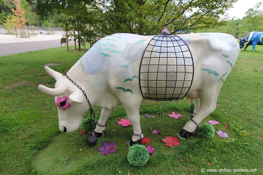 Cow Parade Paroles en vers de Jacques Prévert dans un pré vert Yves-Paul Marthelot